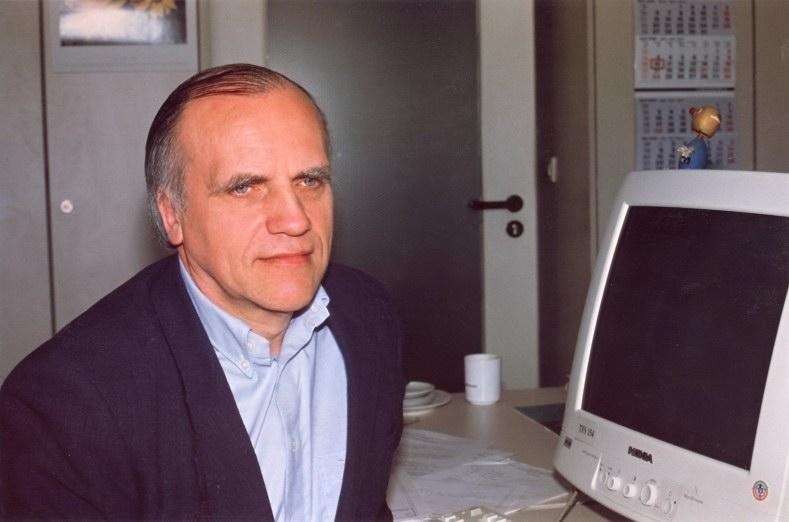 Bernd waniewski im büro in the office dans le bureau